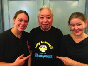 Grootmeester William C. C. Chen met Judith van Drooge en Ceciel Kroes, organisatoren van de Body Mechanics Dag