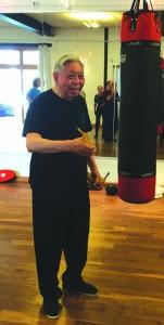"""Grootmeester William C. C. Chen, voordat hij zijn """"banana punch"""" demonstreert..."""