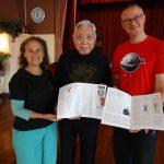 Grootmeester Chen ontvangt een TQT Magazine met daarin zijn vertaalde artikel