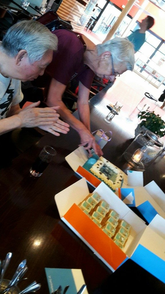 Maartje van Staalduijnen snijdt de taart aan ter gelegenheid van de 25e keer dat zij de workshop van William Chen in Nederland organiseerde